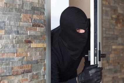 Maskierter Einbrecher