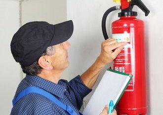 Fachmann überprüft Feuerlöscher